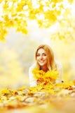 Femme s'étendant en parc d'automne Images libres de droits