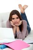 Femme s'étendant sur l'étude de sofa Photographie stock