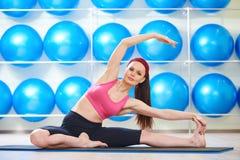 Femme s'étirant en gymnastique images stock