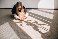 Femme s'étirant et étant prête pour sa classe de yoga Image stock