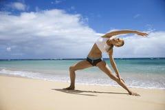 Femme s'étirant sur la plage. image stock