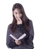 Femme \ 's affichant un livre Image stock
