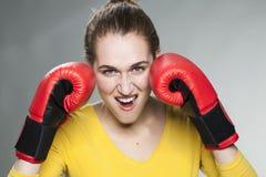 femme 20s appréciant la concurrence et le combat Photos stock