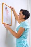 Femme s'arrêtant vers le haut de la photo de la petite fille Images stock