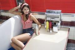 Femme s'asseyant à la cabine de wagon-restaurant photos stock