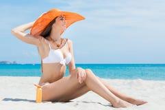 Femme s'asseyant à la plage image libre de droits