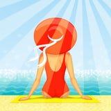 Femme s'asseyant à la plage Photographie stock libre de droits