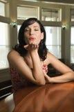 Femme s'asseyant au baiser de soufflement de bar. images libres de droits