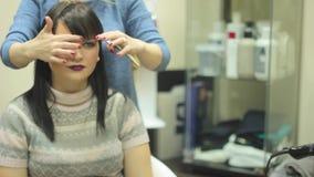 Femme s'asseyant au coiffeur banque de vidéos