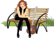 Femme s'asseyant avec la guitare sur le banc en bois Photos stock