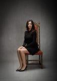 Femme s'asseyant avec le visage triste photographie stock