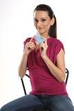 Femme s'asseyant avec par la carte de crédit Photo stock