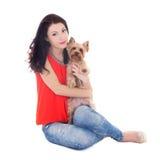 Femme s'asseyant avec son petit chien Photo stock