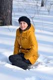 Femme s'asseyant dans la neige Photo stock
