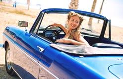 Femme s'asseyant dans la rétro voiture de cabriolet photos stock