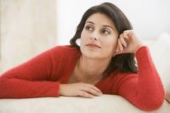 Femme s'asseyant dans la salle de séjour Image libre de droits