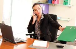 Femme s'asseyant dans le bureau photographie stock libre de droits