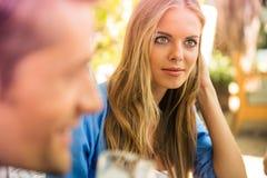Femme s'asseyant dans le restaurant extérieur Photographie stock libre de droits