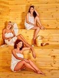 Femme s'asseyant dans le sauna Photo libre de droits