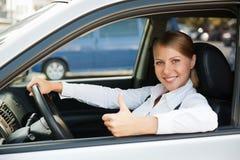 Femme s'asseyant dans le véhicule neuf Photographie stock