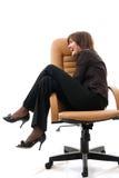 Femme s'asseyant dans un fauteuil de bureau. photographie stock