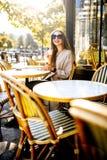 Femme s'asseyant dehors au café français photos libres de droits