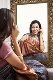 Femme s'asseyant devant le miroir photographie stock libre de droits