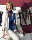Femme s'asseyant du côté d'un bateau Photo libre de droits