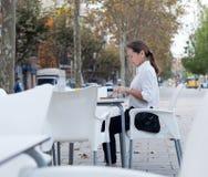 Femme s'asseyant en café Photo libre de droits