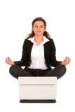 Femme s'asseyant en position de lotus avec l'ordinateur portatif Photographie stock libre de droits