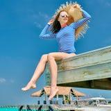 Femme s'asseyant ? la jet?e de plage photos libres de droits
