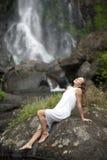 Femme s'asseyant par des automnes Photo stock