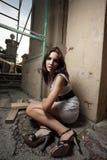 Femme s'asseyant par une ruine images libres de droits