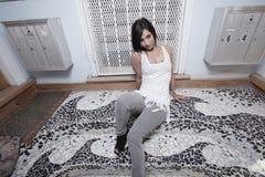 Femme s'asseyant par une trappe images libres de droits