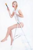 Femme s'asseyant sur l'échelle images libres de droits