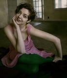 Femme s'asseyant sur l'étage photo libre de droits