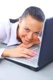 Femme s'asseyant sur l'étage avec un ordinateur portatif Images stock