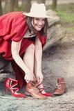 Femme s'asseyant sur l'arbre et changeant ses chaussures Photo libre de droits