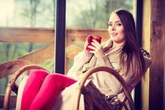 Femme s'asseyant sur la chaise détendant à la maison images stock