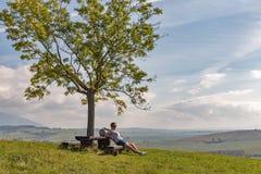 Femme s'asseyant sur la colline d'été près de Liptovsky Trnovec, Slovaquie image libre de droits