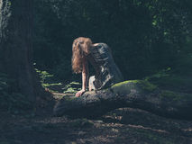 Femme s'asseyant sur la forêt d'identifiez-vous Photo libre de droits