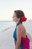 Femme s'asseyant sur la plage photos libres de droits