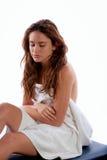 Femme s'asseyant sur la table de massage photo libre de droits