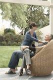 Femme s'asseyant sur Lap In Lawn de l'homme photos libres de droits