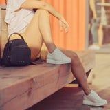 Femme s'asseyant sur le banc Images stock