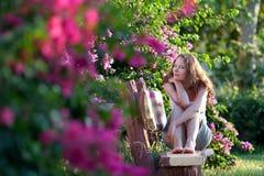 Femme s'asseyant sur le banc image stock