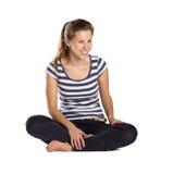 Femme s'asseyant sur le fond d'isolement Image stock
