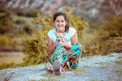 Femme s'asseyant sur le plancher avec le chien photo libre de droits