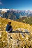 Femme s'asseyant sur le sommet Image libre de droits