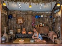 Femme s'asseyant sur le tapis dans la cuisine thaïlandaise traditionnelle photo stock